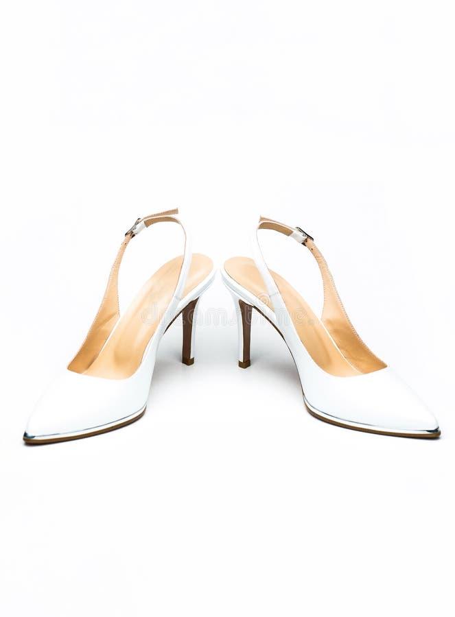 Zapata de cuero clásico para mujeres. Zapatos de tacón blanco sobre fondo blanco. zapato blanco para mujeres. fashionable foto de archivo libre de regalías