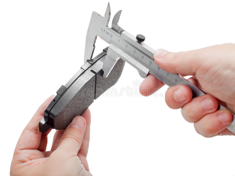 Zapatas de freno con el calibrador en la mano del ingeniero imágenes de archivo libres de regalías