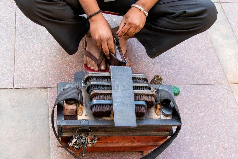 Zapatero de Indina que repara los zapatos en la calle imagen de archivo libre de regalías
