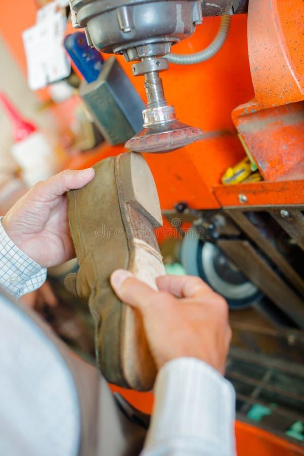 Zapatero que forma el zapato del talón en la máquina fotografía de archivo