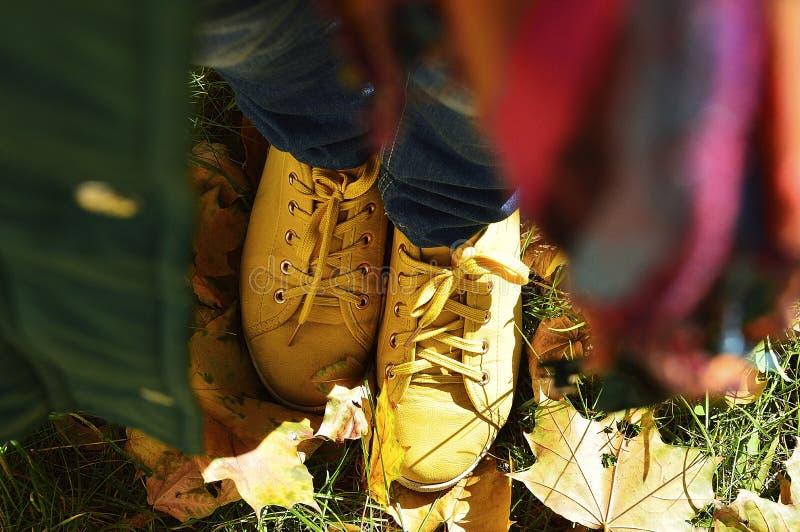 Zapatillas de deporte amarillas fotos de archivo libres de regalías