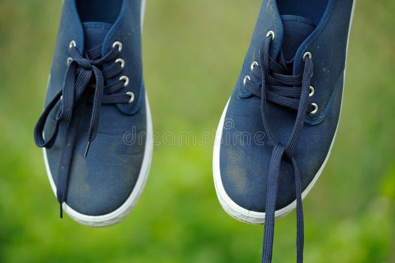 Download Zapatillas De Deporte Azules Sucias En Línea De Ropa Foto de archivo - Imagen de plimsoll, lona: 41906482