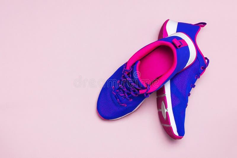 Zapatillas de deporte femeninas rosadas violetas ultra azules en la opinión superior puesta plano rosada en colores pastel del fo imágenes de archivo libres de regalías