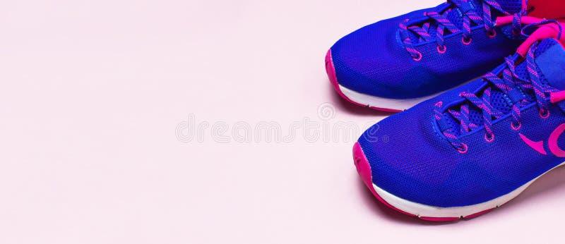 Zapatillas de deporte femeninas rosadas violetas ultra azules en la opinión superior puesta plano rosada en colores pastel del fo fotos de archivo