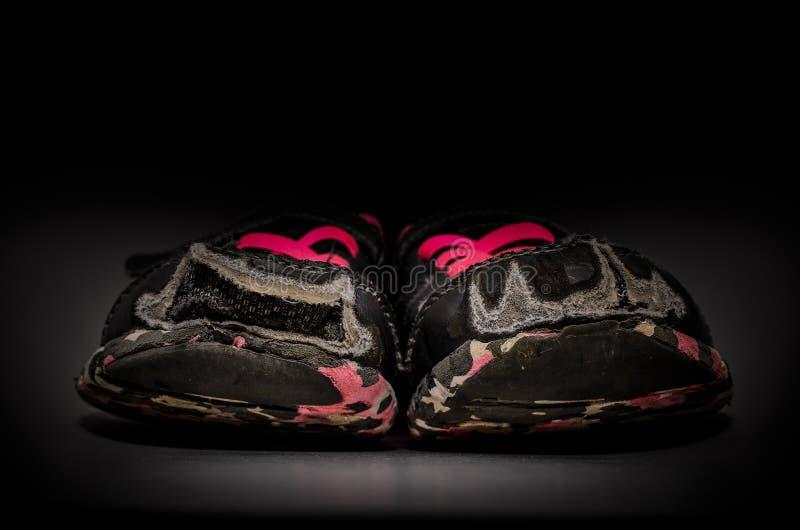 Zapatillas de deporte grises viejas y sucias del ` s de la muchacha imágenes de archivo libres de regalías