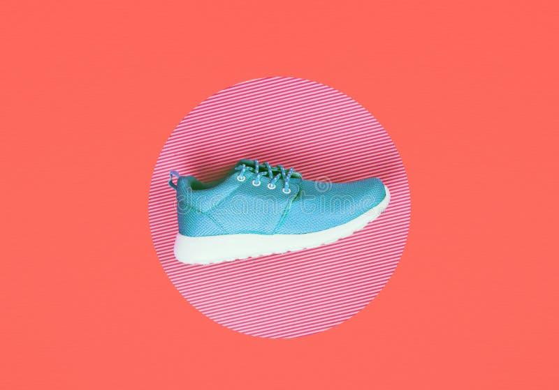 Zapatillas de deporte de la lila en fondo coralino de vida fotos de archivo libres de regalías