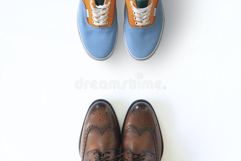 Zapatillas de deporte de los deportes de los hombres coloreados y zapatos de cuero clásicos fotografía de archivo libre de regalías