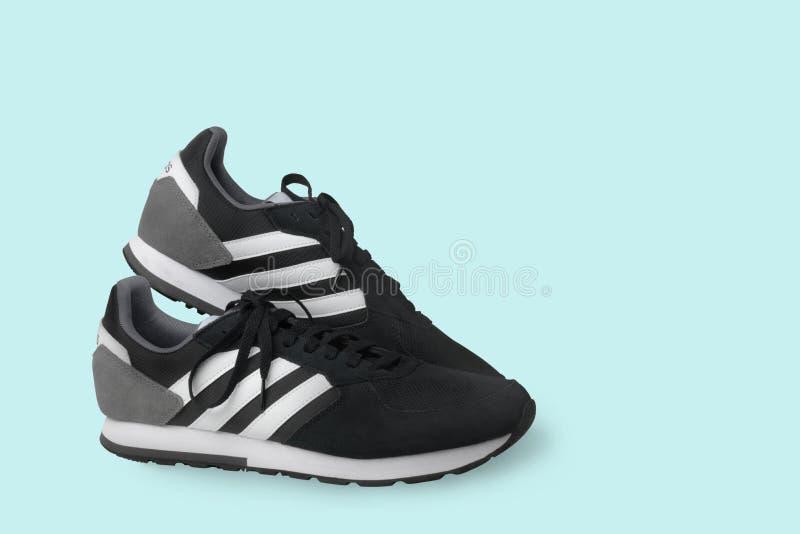 Zapatillas de deporte de los zapatos de los deportes de Adidas negras en un fondo blanco Aislado samara Rusia 2019-04-13 imagen de archivo libre de regalías