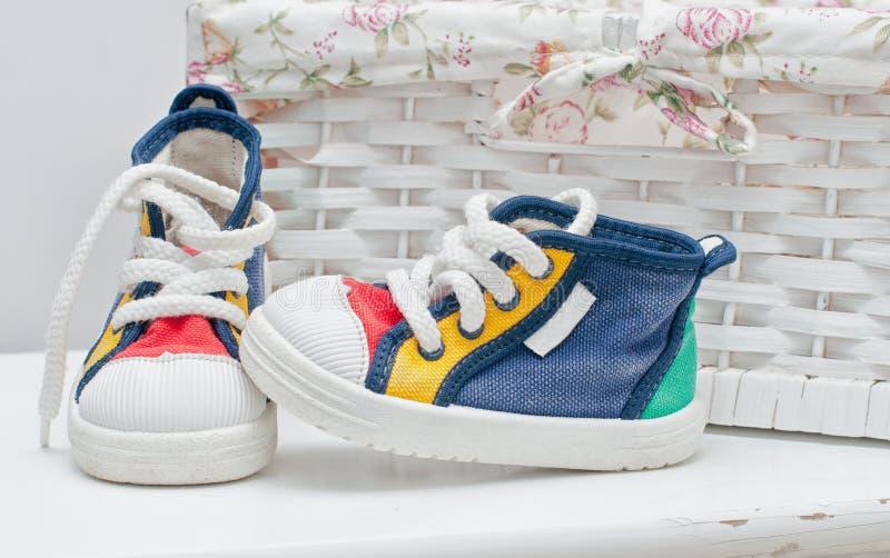Zapatillas de deporte minúsculas imagen de archivo