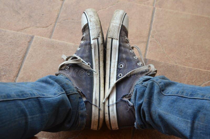 Zapatillas de deporte para hombre viejas y de la suciedad imágenes de archivo libres de regalías