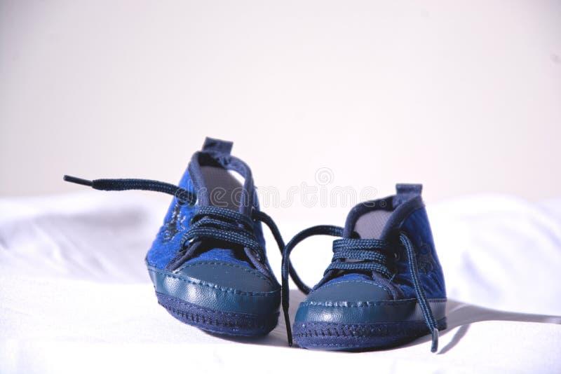 Zapatillas de deporte recién nacidas de la madre del niño del zapato fotografía de archivo libre de regalías