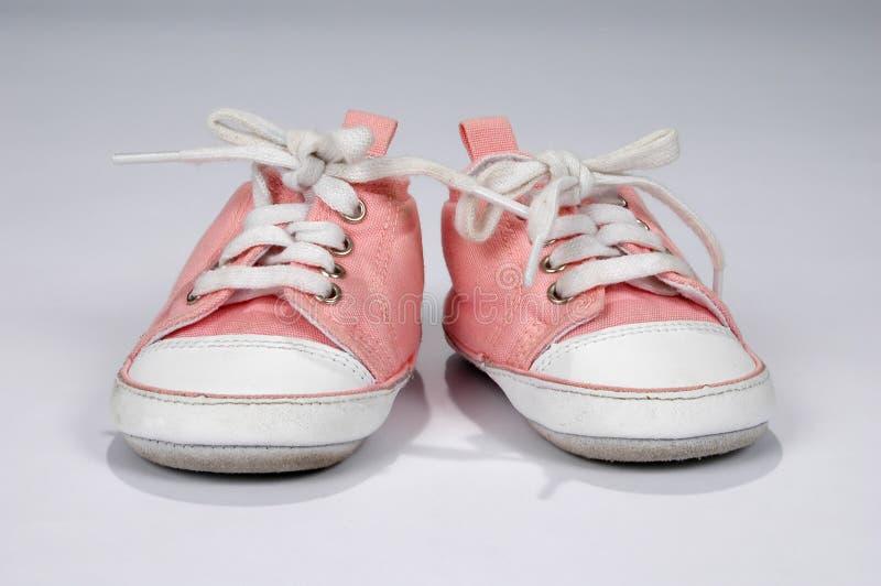 Zapatillas de deporte rosadas del bebé fotos de archivo