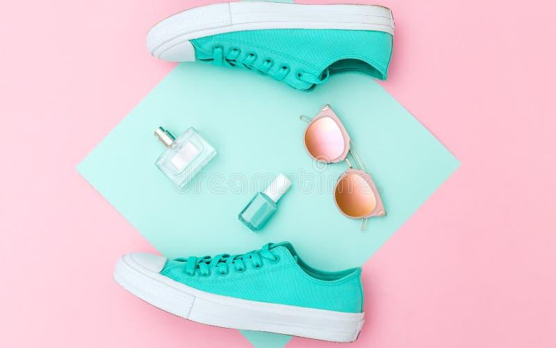 Zapatillas de deporte y accesorios Sistema del inconformista Color en colores pastel dinámico Endecha plana fotos de archivo