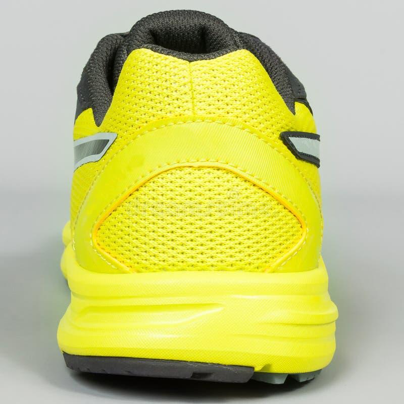 7a85a3a505 zapatillas deportivas amarillas con negro en fondo gris fotos de archivo  libres de regalías