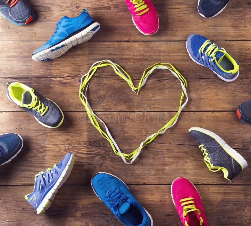Zapatillas deportivas en el piso imagen de archivo