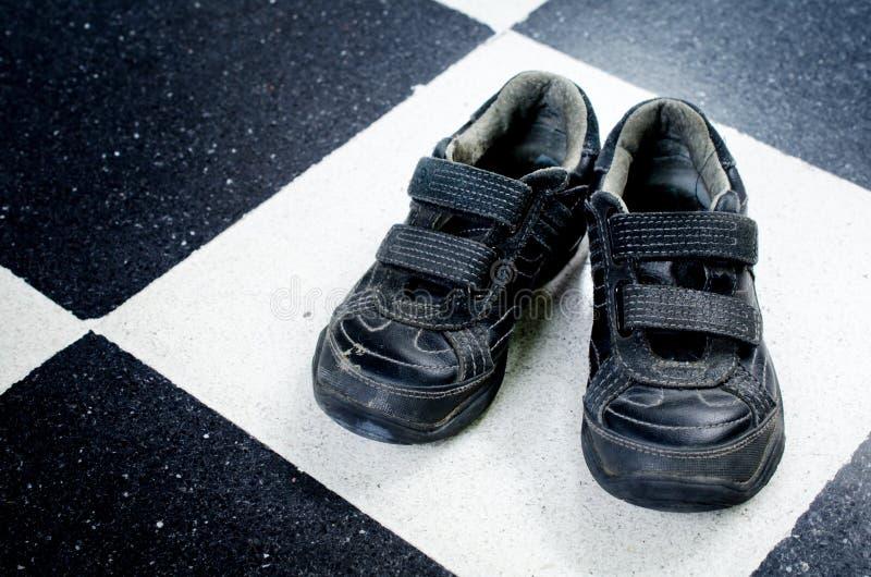 Zapatillas deportivas negras viejas fotografía de archivo