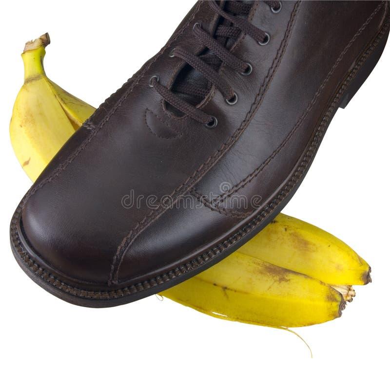 Zapato aislado en la cáscara del plátano imagenes de archivo