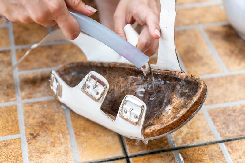 zapato de cuero sucio de limpieza foto de archivo libre de regalías