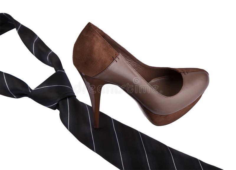 Zapato de la mujer en lazo de la pisada del alto talón imagen de archivo