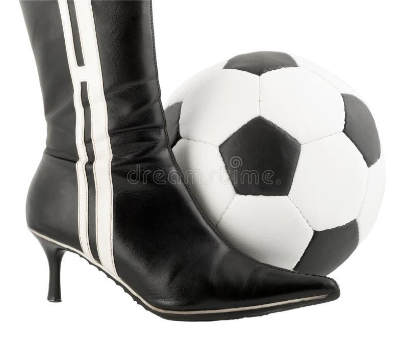 Zapato de la mujer negra y bola del balompié foto de archivo libre de regalías