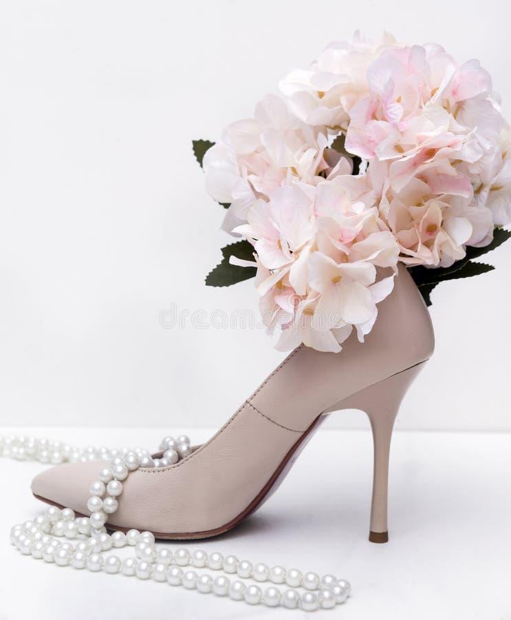 1, zapato del estilete de las mujeres blancas, perla, collar, flor, hortensia foto de archivo