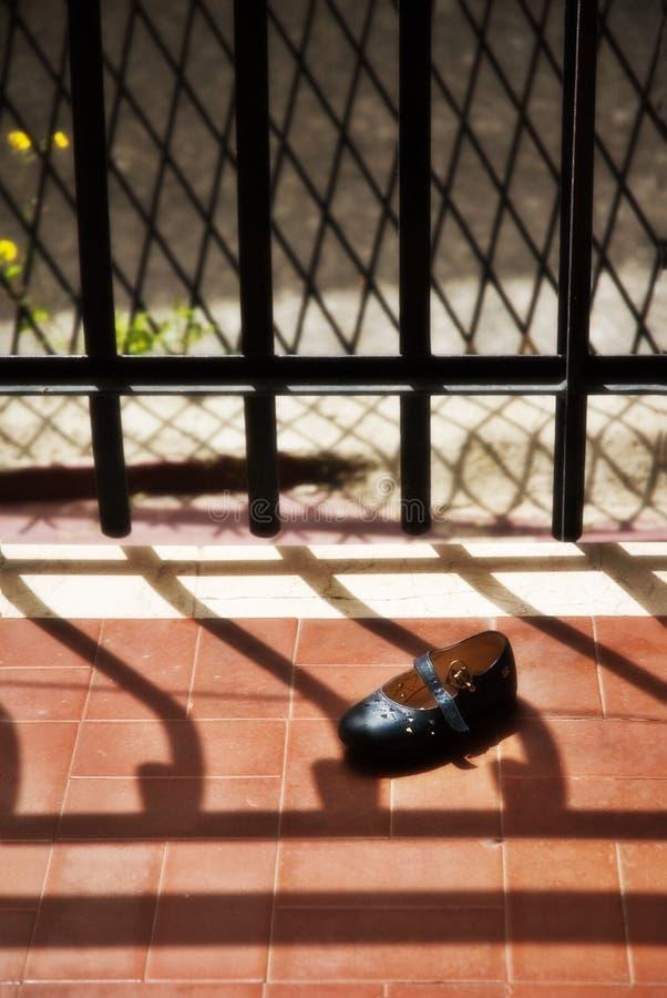 Zapato del niño abandonado imagen de archivo