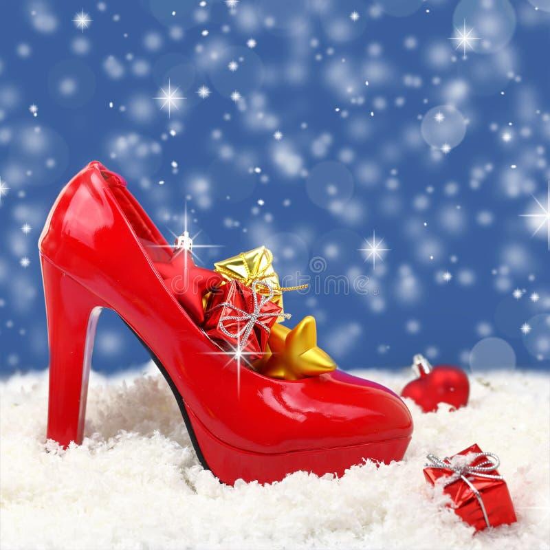 Zapato del tacón alto con los ornamentos de la Navidad fotos de archivo libres de regalías