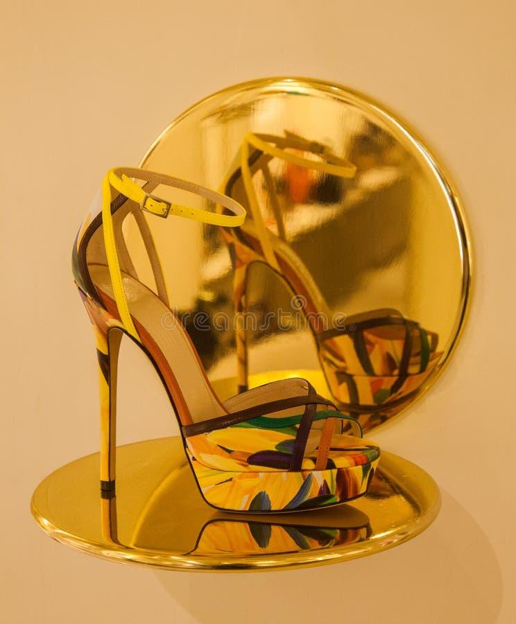 Zapato del tacón alto y su reflexión imagen de archivo