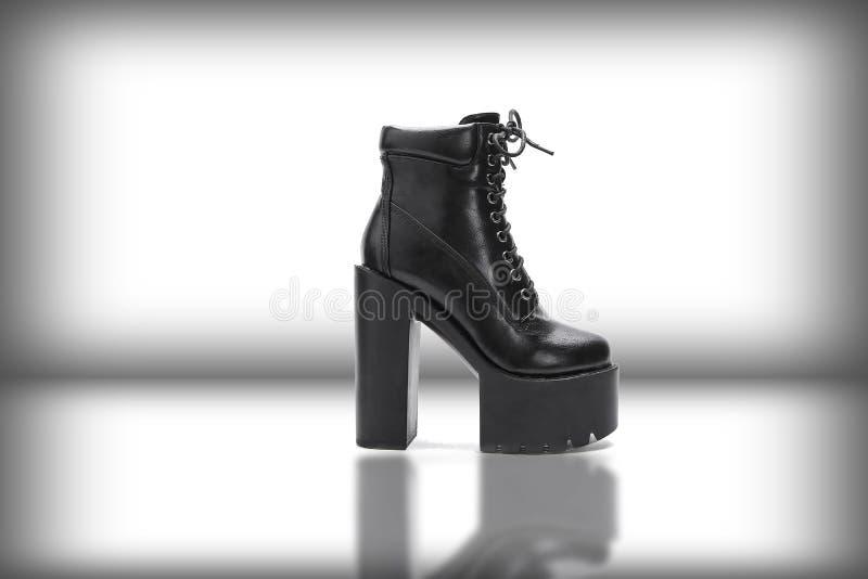 Zapato femenino moderno negro en el fondo blanco imagen de archivo