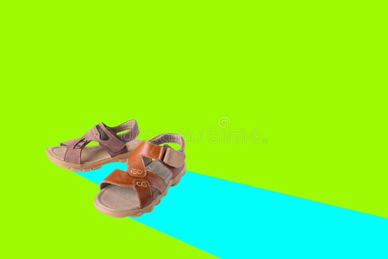 zapato hombres \ 'sandalia de la moda de s en un fondo imagen de archivo
