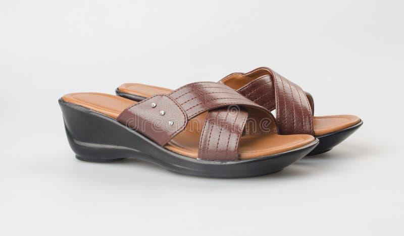 zapato o sandalia femenina de la moda en fondo fotografía de archivo