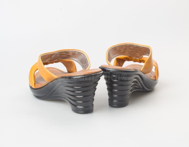 zapato o sandalia femenina de la moda en fondo fotos de archivo