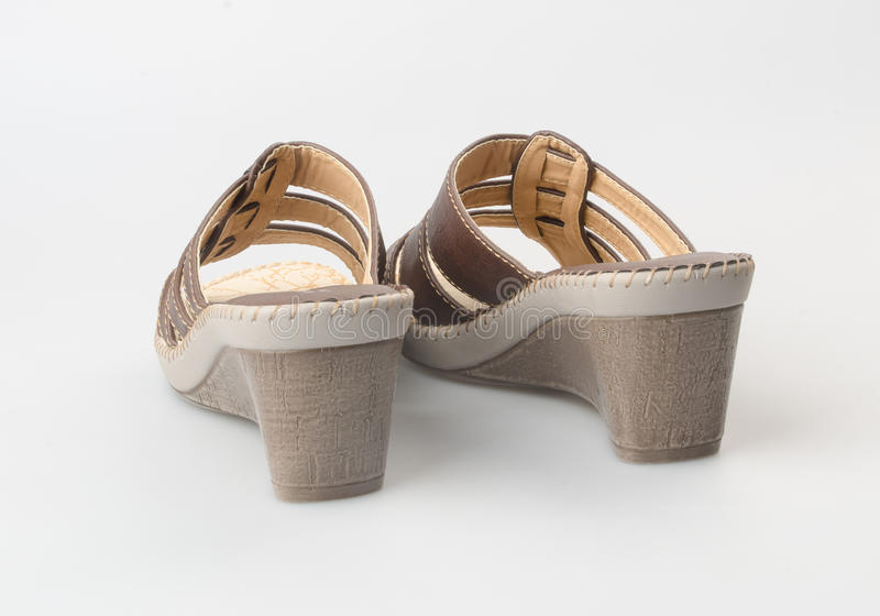 zapato o sandalia femenina de la moda en fondo imagen de archivo