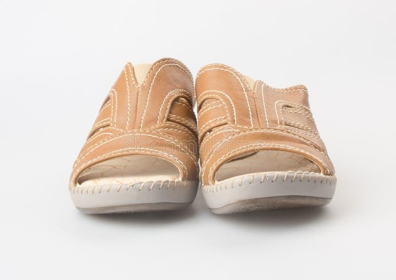 zapato o sandalia femenina de la moda en fondo foto de archivo