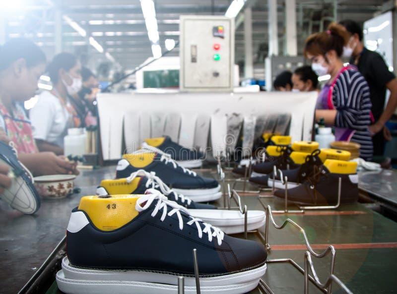 Zapato que hace la fábrica foto de archivo