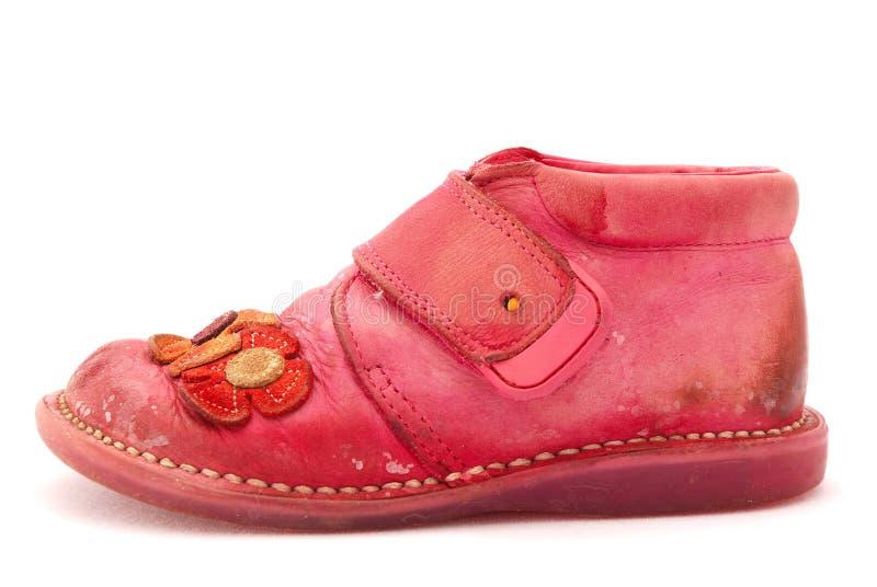 Zapato rosado sucio del niño imagenes de archivo