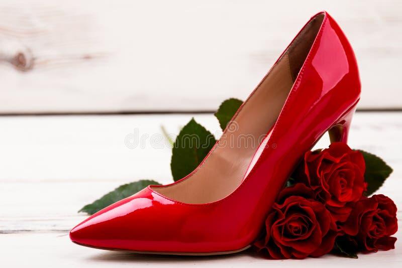 Zapato y rosas en la madera foto de archivo libre de regalías