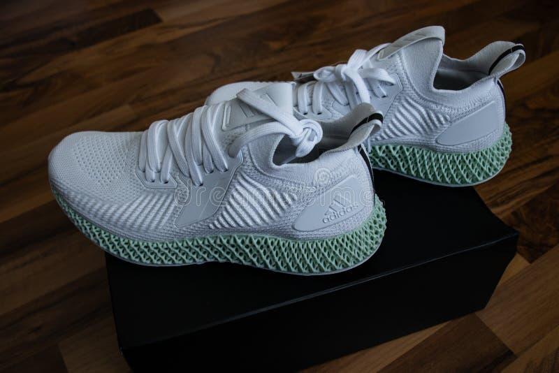 Zapatos Alphaedge 4D de Adidas en blanco y verde fotografía de archivo libre de regalías