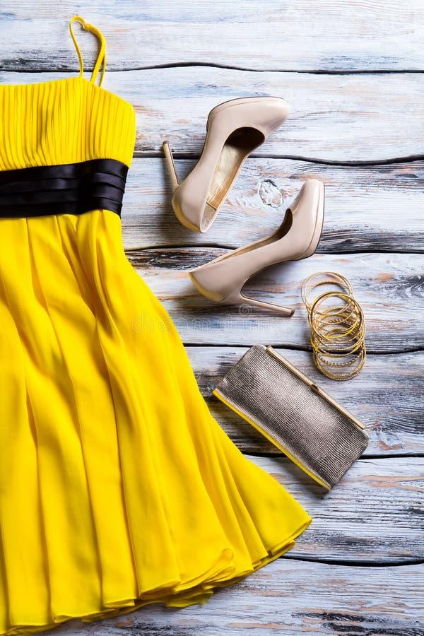 Zapatos amarillos del vestido y del talón fotos de archivo libres de regalías