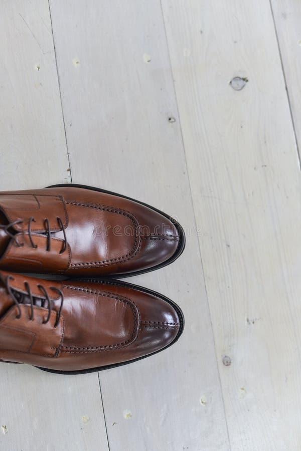 Zapatos apilados en la composición en un escritorio negro imágenes de archivo libres de regalías