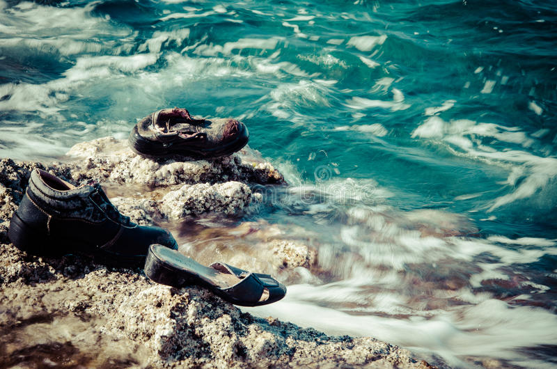 Zapatos arruinados mar foto de archivo libre de regalías