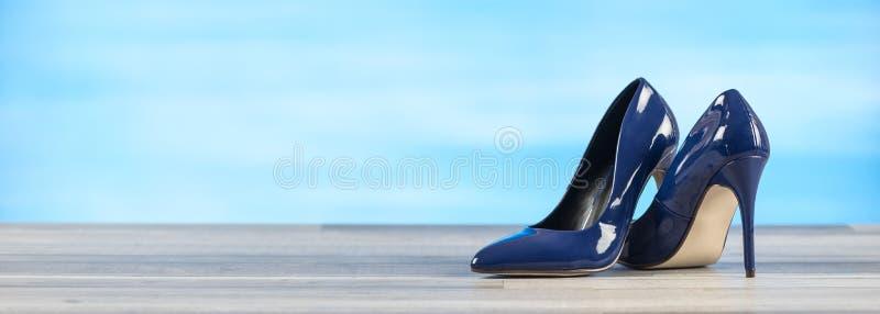 Zapatos azules del alto talón fotografía de archivo