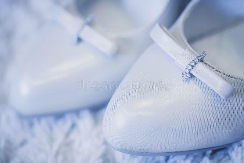 Zapatos blancos hermosos imagen de archivo
