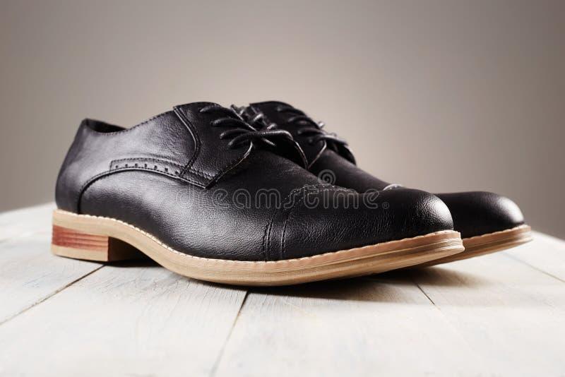 Zapatos clásicos del ` s de los hombres la moda patea vida inmóvil imagen de archivo libre de regalías