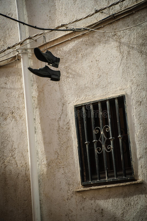 Zapatos colgantes de la escuela vieja fotos de archivo