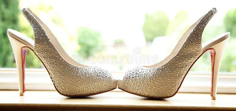 Zapatos coloreados marfil de la perla de las novias imagen de archivo
