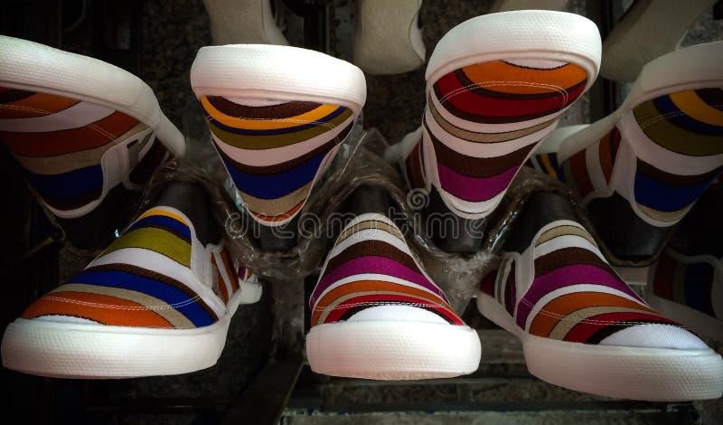Zapatos coloridos de las zapatillas de deporte imágenes de archivo libres de regalías