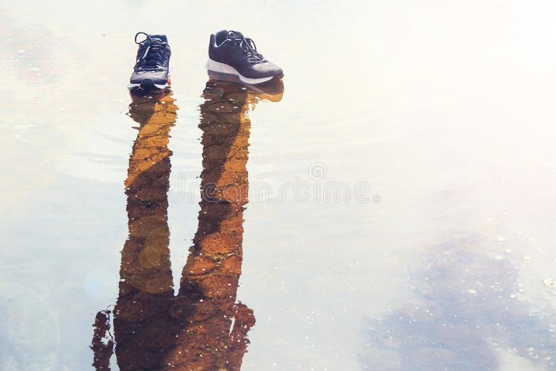 Zapatos con la sombra sin el ser humano fotos de archivo
