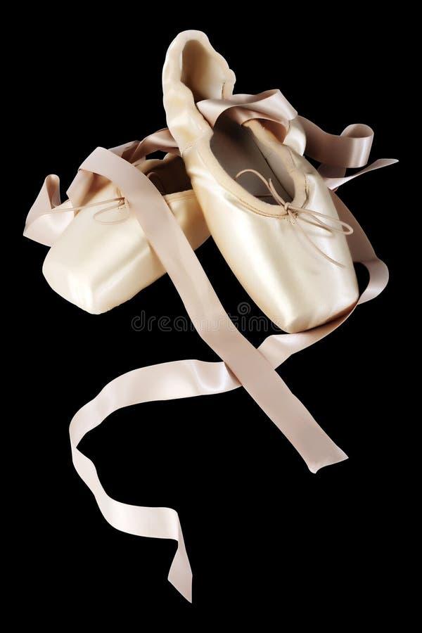 Zapatos de ballet de Pointe en fondo negro foto de archivo libre de regalías