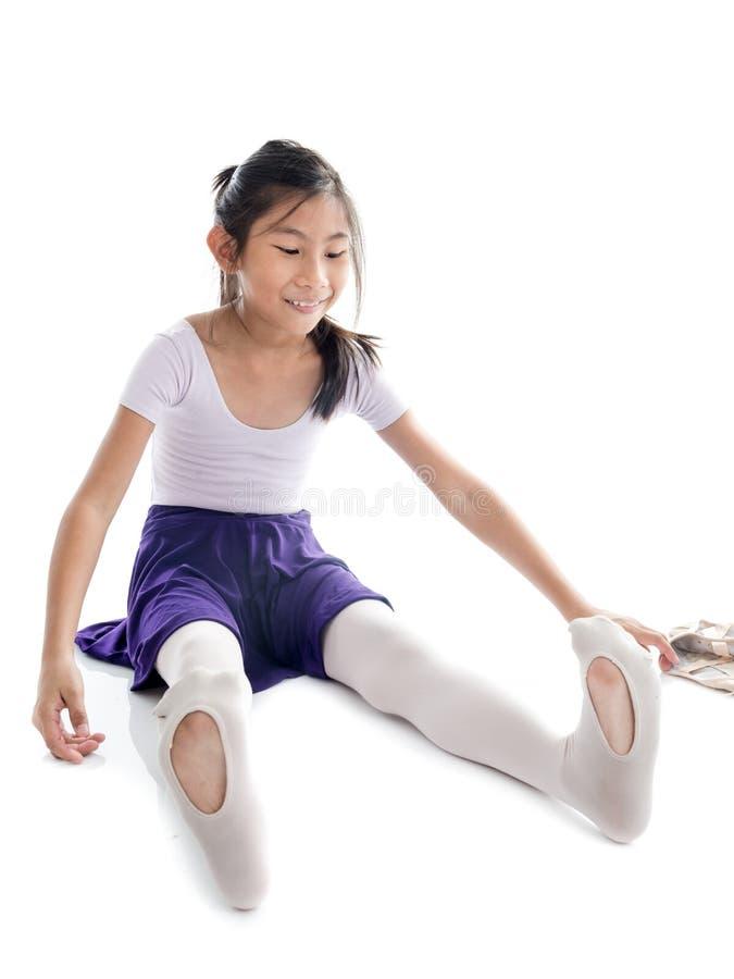 Zapatos de ballet de la muchacha que llevan asiática en el fondo blanco foto de archivo libre de regalías
